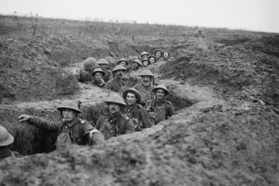 Brit katonák egy elfoglalt német lövészárokban, Havrincourt-nál