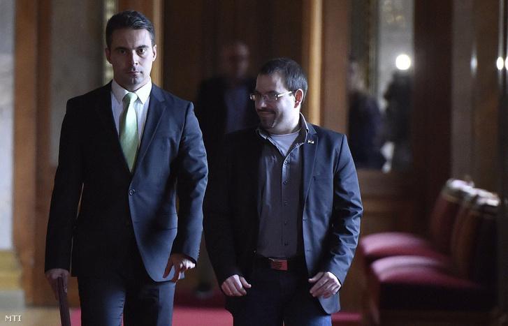 Vona Gábor, a Jobbik elnöke (b) érkezik megbeszélésre az alaptörvény módosításának ügyében Orbán Viktor miniszterelnökhöz a Parlamentben 2016. október 18-án. Jobbra Dobos Zoltán a párt sajtófõnökének helyettese.