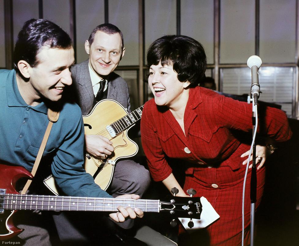 """Az 1950-ben Budapestre költöző Záray Márta hamar népszerű dizőz lett. Az illetékes bizottság a """"tiszta éneklés, jó szövegmondás, kitűnő mozgás"""" miatt az """"A"""" kategóriás énekesnők közé sorolta és rögtön szerződést kapott az Emkében. Kezdetben egyetlen fellépőruhája volt, egy fekete kosztüm fehér blúzzal. Ebben énekelt este 10-től reggel 4-ig, alkalmanként 35 forintért. Az ötvenes évek amúgysem könnyű korszakát tovább nehezítette a kolléganői rivalizálás: Zárayt csak prolicselédnek meg tetűvarrólánynak becézték dizőztársai. Amúgyis csodabogárnak számíthatott: """"Alkoholt nem ittam soha, így azt sem fogadtam el a vendégektől, inkább gyümölcsrizst rendeltem. … Hányszor előfordult, hogy a zongora tele volt gyümölcsrizzsel!"""" – mesélte ezekről az évekről."""