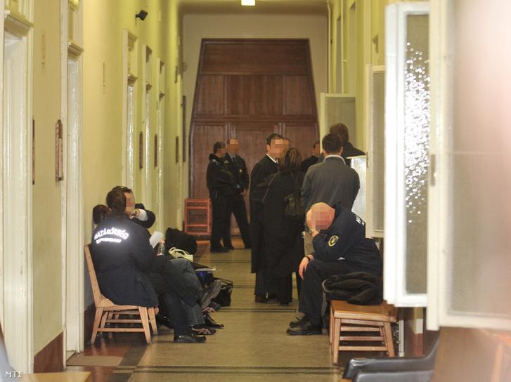 A gyanúsítottak és ügyvédeik valamint rendõrök várakoznak a Budai Központi Kerületi Bíróságon ahol elõzetes letartóztatásba helyezték a Budapest Airport (BA) Zrt. és a BKV Zrt. jogi igazgatóját. A Repülõtéri Rendõr Igazgatóság (RRI) több hónapon át nyomozott mielõtt december 4-én õrizetbe vette a BA Zrt. és BKV Zrt. jogi igazgatóját akik ellen bûnszövetségben elkövetett vesztegetés hûtlen kezelés és más bûncselekmények miatt indított eljárást az RRI illetve kezdeményezte elõzetes letartóztatásukat a Fõvárosi Ügyészségnél. A rendõrség rajtuk kívül az ügyben további három ember ellen indított büntetõ eljárást vesztegetés hûtlen kezelés és más bûncselekmények miatt. MTI Fotó: Koszticsák Szilárd (2009.)