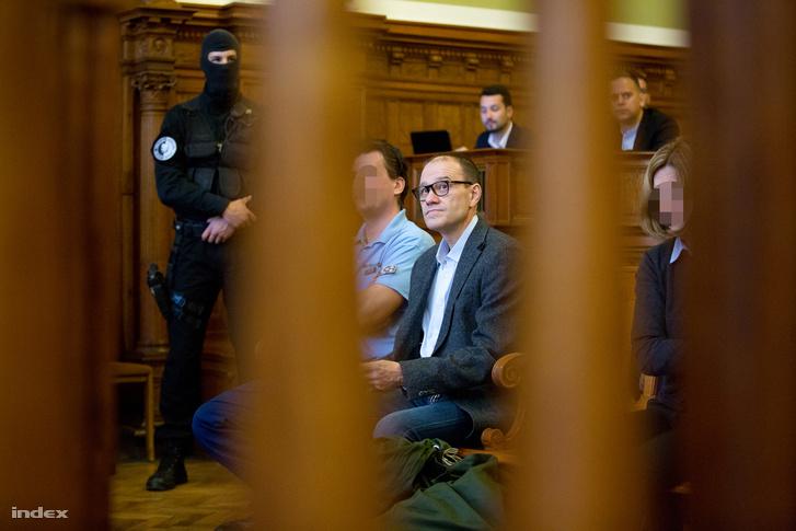 Tarsoly Csaba vádlott a tárgyalóteremben az ellene és társai ellen indított büntetőper tárgyalásán a Fővárosi Törvényszéken 2016. október 13-án.