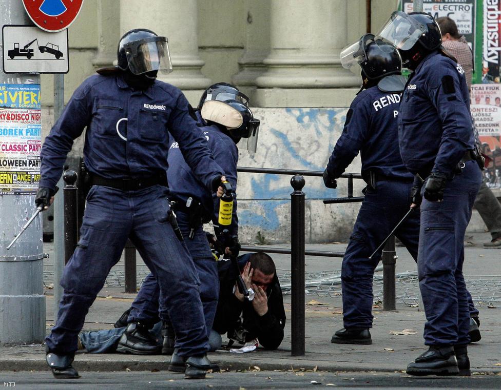 Az addig kemény fellépéssel találkozó rendőrség délutánra már nem válogatott a módszerekben.