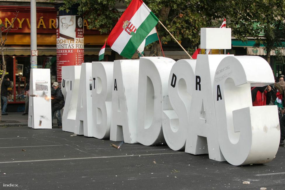Miközben az Astoriánál megkezdődött a Fidesz nagygyűlése, a rendőrség könnygázt és vízágyúkat vetett be. A tömeget a Deák térig szorította, ahol az filmbe illő módon a Szabadság szót formázó emberméretű betűk mögé bújva támadott vissza.