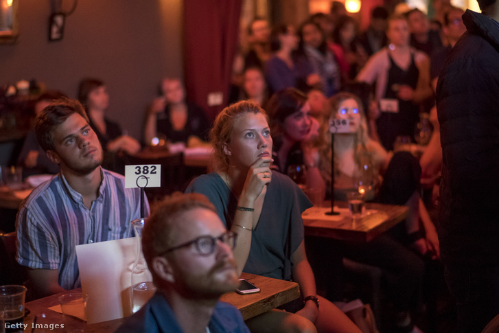 Nézők követik a vitát egy San Francisco-i bárban