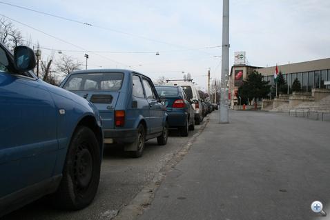 Pedig valójában van hely: csak ki kell várni, míg elemészti magát az a horpadt oldalú Kispolszki, ami január elseje óta ott rohad a bejárat előtt.