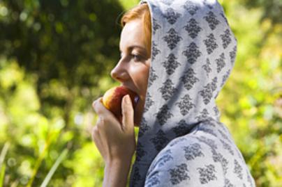 lany eszik almat