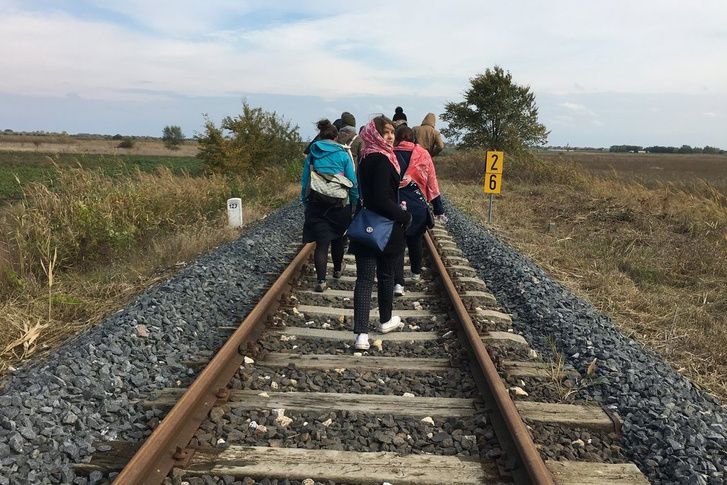 A MigSzol szegedi csoportjának felvétele a síneken sétáló külföldi diákokról