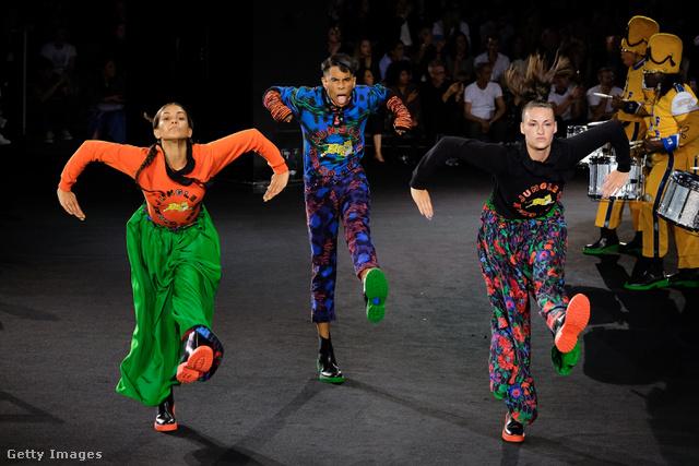 A 12.990 forintos pulóvert látjuk itt két színben a hölgyeken, valamint a 39.990 forintos kifordítható selyemkeverék nadrágot. A középen táncoló modell 12.990 forintos pulóvert és 29.990 forintos nadrágot visel 6990 forintos kesztyűvel.