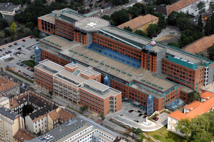 A Honvédkórház helikopterleszállóval a tetején