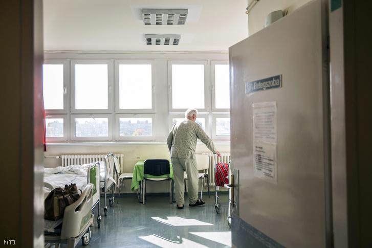 Az energetikai korszerűsítés befejeztével átadott budapesti Gottsegen György Országos Kardiológiai Intézet főépületének egyik betegszobája