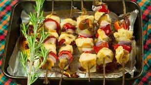 Színek az esőben: sütőben sült csirkenyársak