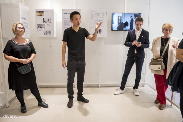 Még a Design-hét alatt jártunk a Wink oktogoni üzletének megnyitóján. A képen baloldalt a purchasing-menedzser, Dobrogyinszki-Gulyás Klára áll, középen Wei Zifeng beszél, jobbra pedig Kiss Miklós, az üzlet belsőépítésze nyomkodja mobilját.