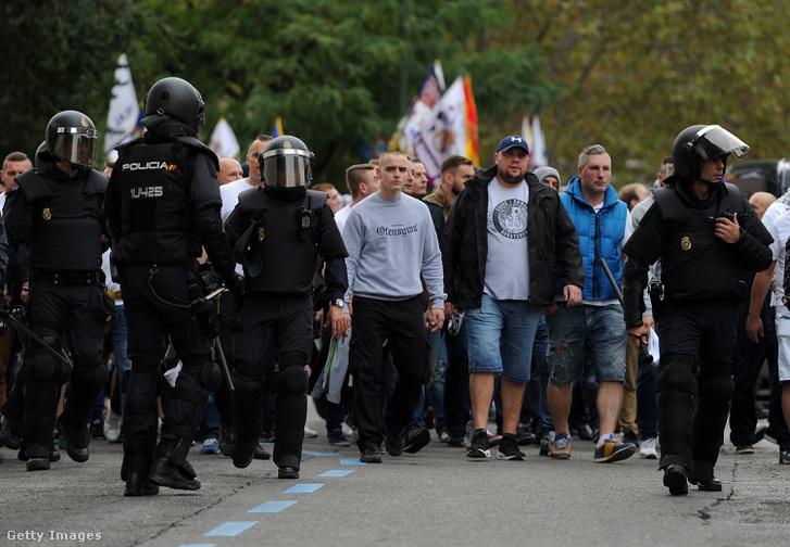Legia-szurkolók vonulnak Madridban