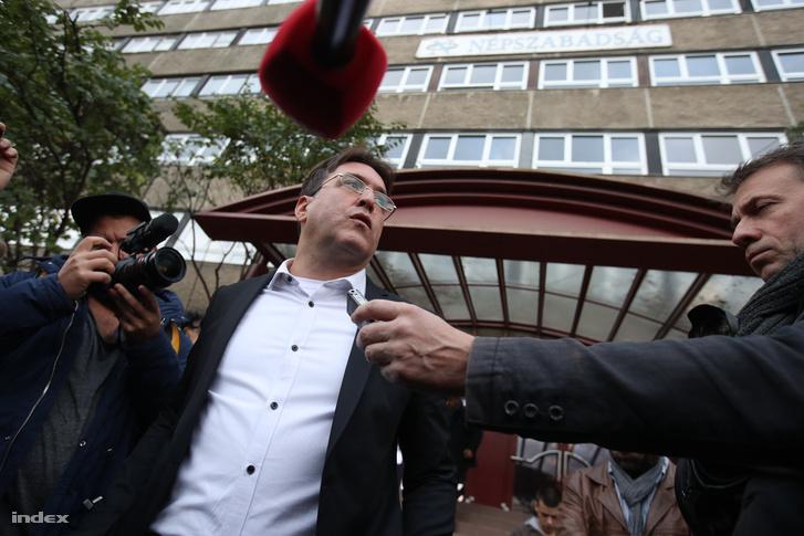 A megszüntetett népszabadság főszerkesztője nyilatkozik a szerkesztőség épülete előtt