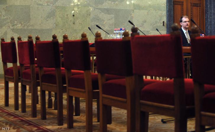 Üres székek Polyák Gábor az Országos Rádió és Televízió Testület (ORTT) elnökjelöltje bizottsági meghallgatásán.
