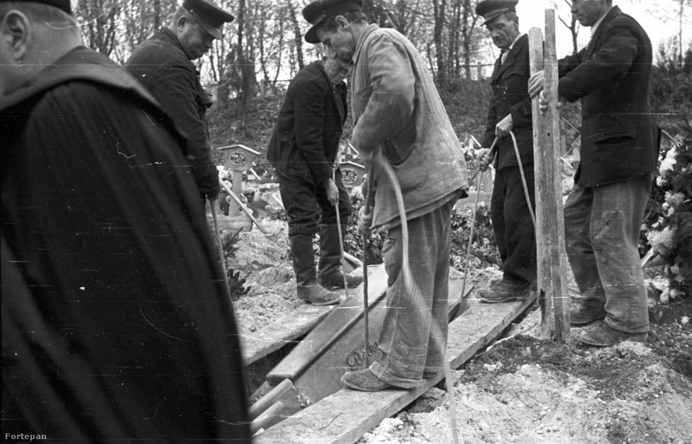 Egy forradalomban elesett férfi temetése Farkasréten. A forradalom alatt is voltak rendes temetések azért, akadt pap, aki napokig kint aludt a ravatalozó mellett, annyit kellett temetnie. Nálunk Budafokon november harmadikán nagy díszsortüzes búcsúztatást tartottak Tamásnak, egy 16 éves albertfalvi fiúnak. A forradalmi, Kossuth-címeres sírkő fura módon később is megmaradhatott: a kevés hely egyike, ahol az ellenforradalminak minősített jelkép átvészelte az államszocializmust.
