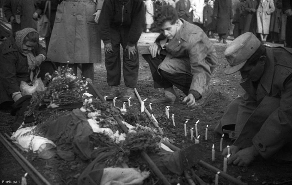 A II. János Pál pápa, vagyis a volt Köztársaság tér, a pártház ostroma során elesett forradalmár letakart holtteste.