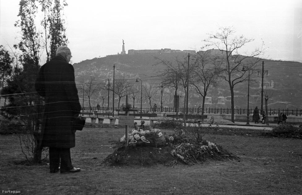 A forradalom halottai nem csak azért nem nyughattak békében, mert néhány hét múlva újra kellett temetni jó néhányukat. Egy ideig sok családban még a gyerekek előtt sem beszéltek inkább a részletekről, de különösen jellemző az a hazugság, amivel a magyar hatóságok még a halotti anyakönyvi kivonatokat is meghamisították: a november 4-én meghaltak halálozási idejét önkényesen átírták egy későbbi időpontra, nehogy arra lehessen gondolni, esetleg a bevonuló szovjet csapatok ölték meg őket.                         Az emlékezés azonban így is a néma ellenállás egyik legerősebb formáját jelentette: az 1957-es halottak napján a szokásosnál is jóval nagyobb tömeg vándorolt ki a budapesti temetőkbe, hogy a levert forradalom mártírjai előtt is tisztelegjen.