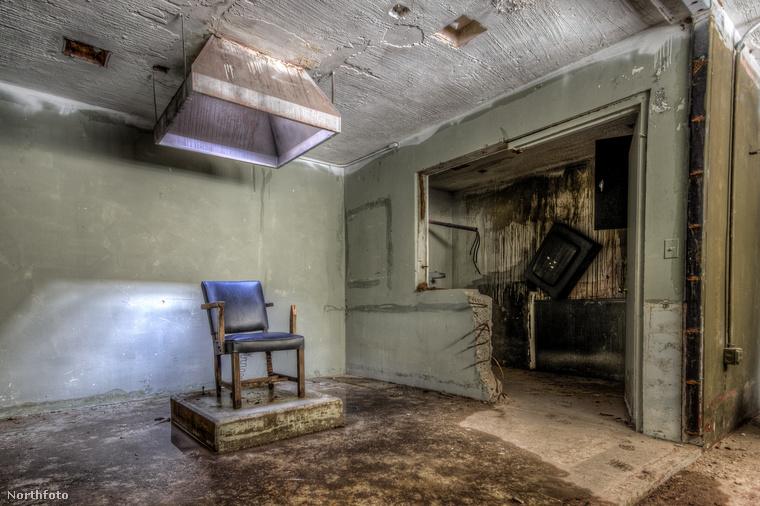 Kísérteties a villamosszékes kivégzéseknek otthont adó helyiség is, ami a filmben is központi szerephez jutott.