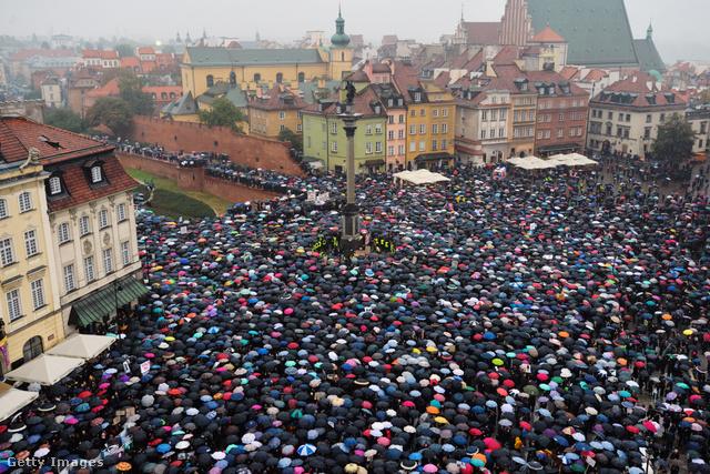 Október harmadikán lengyel nők ezrei tüntettek a szigorú abortusztörvény ellen.