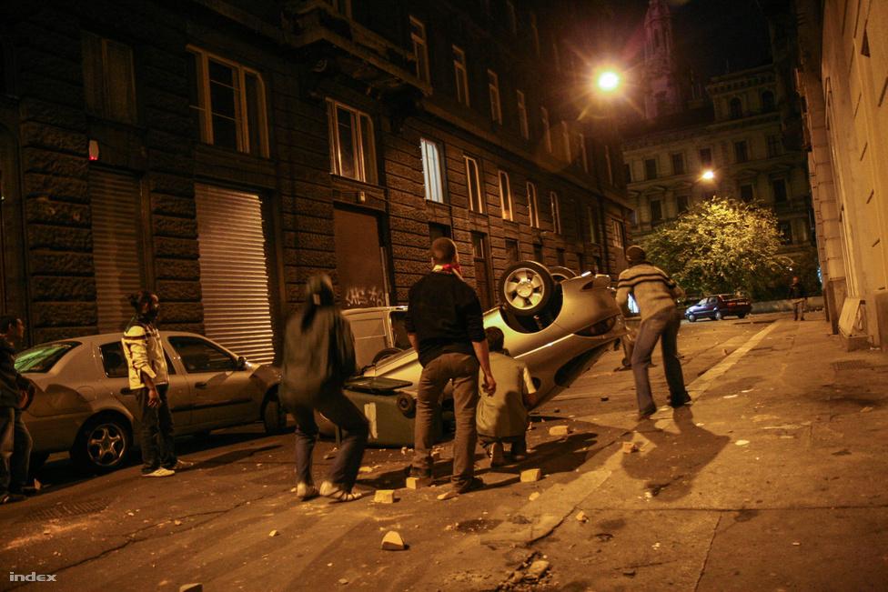 Estére több ezren verődtek össze a Blaha Lujza téren, majd kődobálós, könnygázazós csata bontakozott ki a Rákóczi úton.                         Az éjszaka előrehaladtával a belvárosban hömpölygő tömeg összetétele ismét a radikális, balhépérti, illetve politikai holdkóros irányba mozdult el. A rendőrök több oldalról is a Ferenciek tere irányába nyomták a tüntetőket, aminek eredményeképpen este tízre ott ismét több ezer ember követelte, hogy Gyurcsány takarodj.                          Focidrukkerek autókat borogattak, az Index tudósítója látta, hogy egy csoport csapágygolyós csúzlival lőtte a rendőröket.