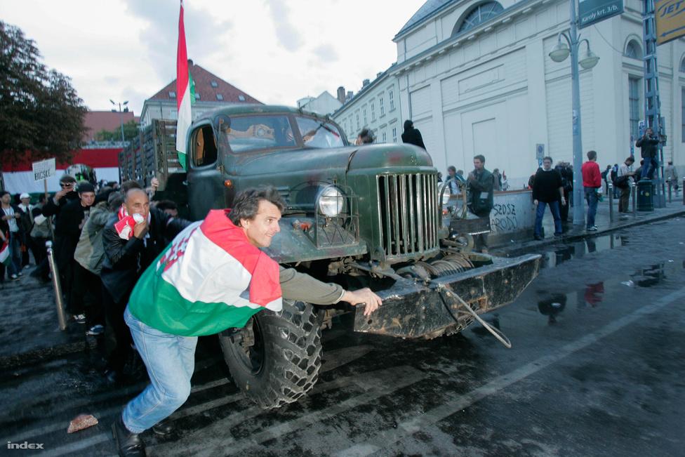 Ezután következett az események médiatörténeti csúcspontja: az egykori harckocsis Horváth György beindította az 56-os tankot és elindult a rendőrök felé. A rohamrendőrök heves könnygázrohammal indultak a harckocsi ellen, ami nem sokkal később megállt, és vezetője megadta magát.