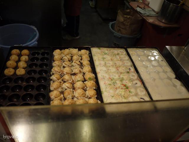 Takojaki, az egyik népszerű utcakaja: tengeri herkentyűs tésztagolyós borításban