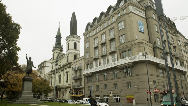 Most már aztán tényleg megcsinálják a Petőfi téri templom tornyát!