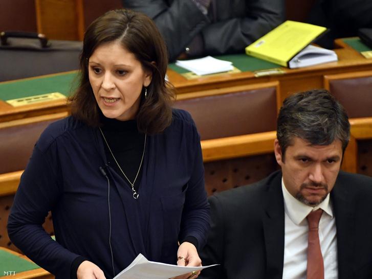 Szél Bernadett az LMP képviselője napirend előtt szólal fel az Országgyűlés plenáris ülésén 2016. október 24-én. Mellette frakciótársa Hadházy Ákos.