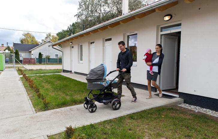 Nagy Richárd és párja Frank Eszter gyermekeikkel kilépnek új szociális bérlakásuk ajtaján Győrben 2016. október 5-én. Ezen a napon tizennyolc 50 négyzetméteres 15 szobás új építésű szociális bérlakást adtak át a város egyik lakóparkjában összesen 330 millió forint értékben. A lakások bérleti díja húszezer forint alatt van.