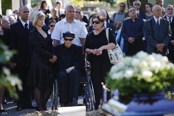 Bara Margit (középen) Gyarmati Dezső temetésén.