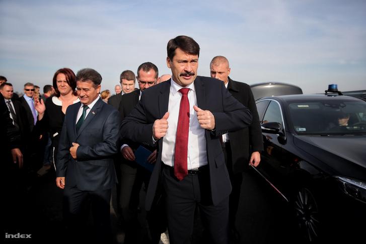Áder János, köztársasági elnök érkezik az átadásra.