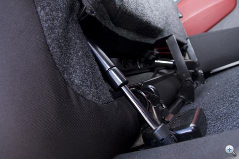 Gázrugó segít az ülésmozgatásban. Nélküle komoly fizikai munkának minősülne