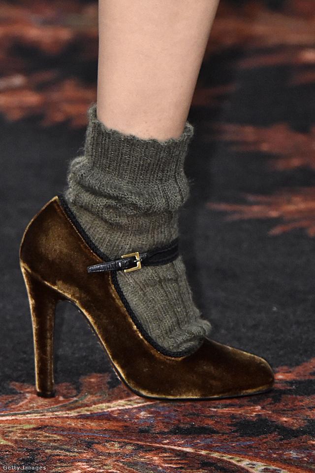 Az Etro szerint sem ciki meleg zoknival kombinálni a bársonycipőt.