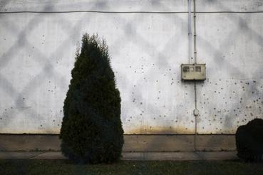 Egy ház azért még emlékeztet a 25 évvel ezelőtti történésekre, az oldala rendesen meg van szórva repeszekkel.