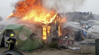 Sátrakat és viskókat gyújtottak fel távozó migránsok a calais-i táborban