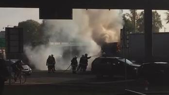Kigyulladt egy faszállító kamion Győrben