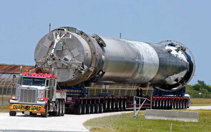 A Falcon 9 a kilövőállomás felé szállítás közben.