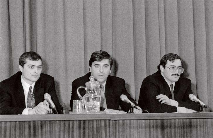 Vlagyiszlav Szurkov (bal) Mihail Hodorkovszkij (jobb) testőreként a 90-es évek elején