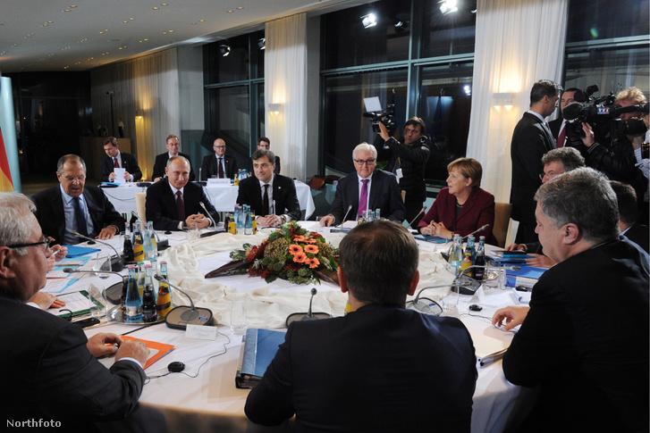 2016 október 19-én Berlinben az Ukrajnai krízisről tartott tárgyalásokon Angela Merkel és Viktor Porosenko mellett Vlagyimir Putyin oldalán Vlagyiszlav Szurkov is feltűnt