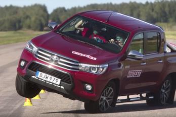 Túl könnyen borul a Toyota Hilux?