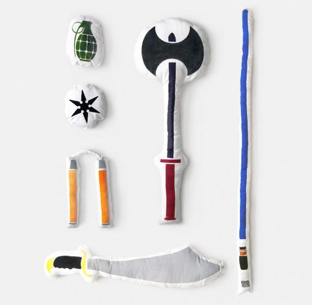 A világ valószínűleg egy sokkal nyugodtabbhely lenne, ha csak ilyen párna fegyverekkel harcolnának egymással az emberek. Gondolhatta naivan a kollekció tervezője, Bryan Ku, akinek  párnáit egyébként eltudjuk képzelni a gyerekszobában.