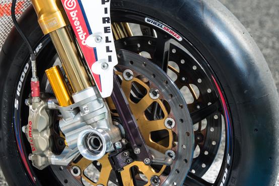 Kerékcserekor a féknyergek is a helyükön maradnak az Endurance motoron
