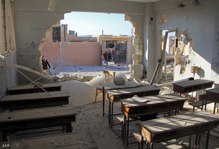 Orosz gépek vagy az oroszok által támogatott szíriai kormányerők október 26-án egy iskolát bombáztak le Hasszban, a támadásban legalább 20 diák vesztette életét.