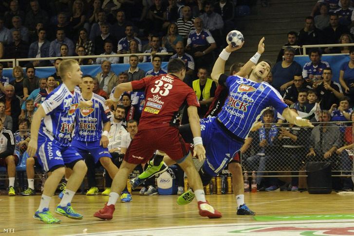 A szegedi Bánhidi Bence (j) kapura lő mellette a veszprémi Renato Sulic (k) balról Stas Skube (b) a férfi kézilabda NB I-ben játszott a MOL-Pick Szeged - Telekom Veszprém mérkőzésen a Szegedi Városi Sportcsarnokban.