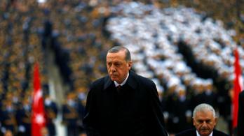 Újabb tízezer embert rúgtak ki a török puccs miatt