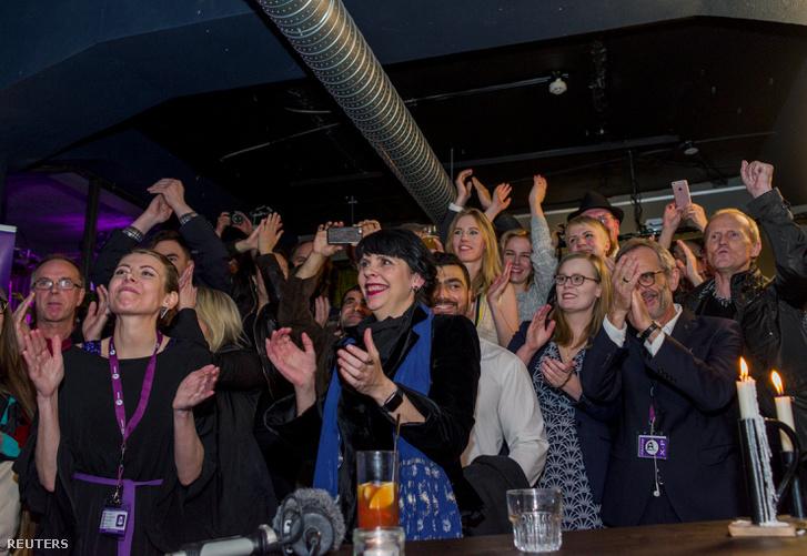 Brigitta Jonsdottir a Kalózpártból szimpatizánsokkal együtt várja a választási eredményeket