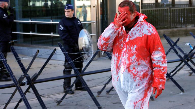 Festékbombákkal támadtak az ellentüntetők a EU-Kanada csúcson - hiába