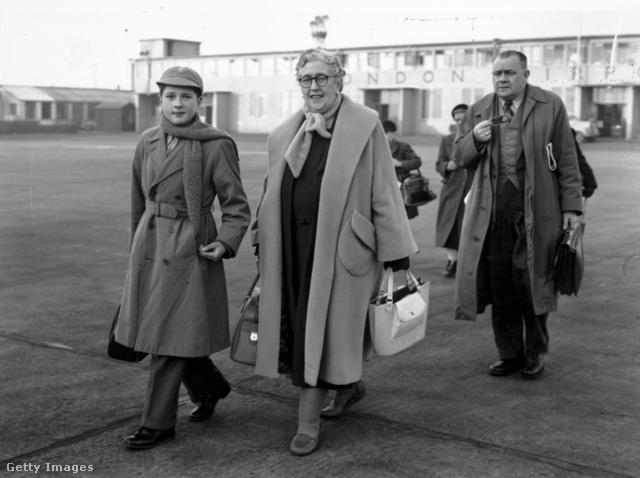 Agatha Christie és unokája, Matthew Pritchard a londoni reptéren 1956 decemberében