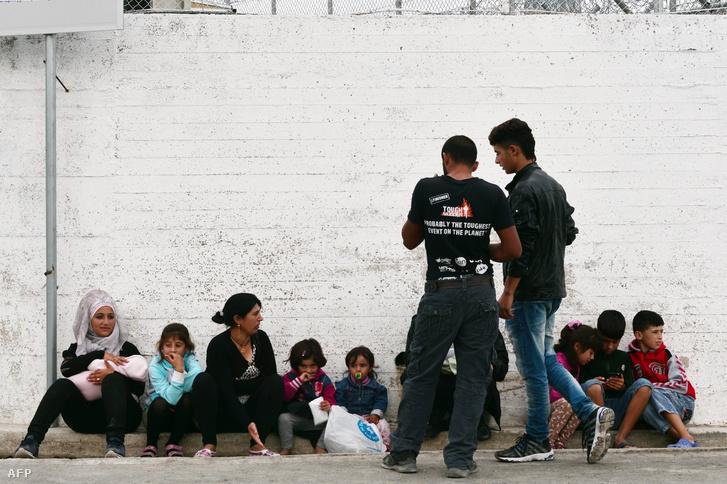 Menekültek Leszboszon, a Moria menekülttábor előtt